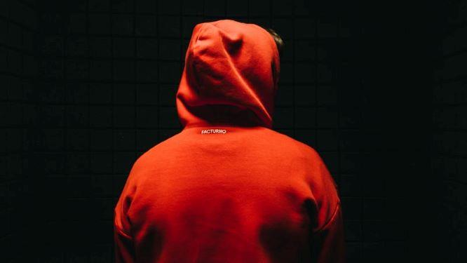 赤いフードの人